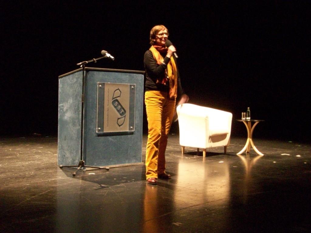 Eröfffnung der 2. Saarbrücker Poetikdozentur durch die Intendantin des Saarländischen Staatstheater Dagmar Schlingmann (c) Bernadette Birgfeld